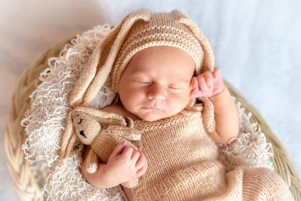 Nouveau né dormant paisiblement - sommeil bébé 2 mois